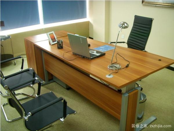 办公桌安插