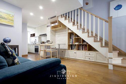 斜顶复式爆改格局,楼梯包揽餐厅和收纳,让客厅显大一倍